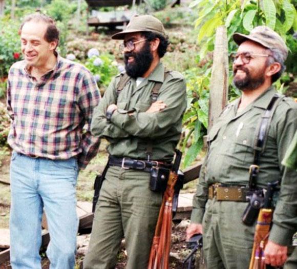 Alvaro Leyva durante los acercamientos con las Farc, conversa con los ya fallecidos Alfonso Cano y Raúl reyes.