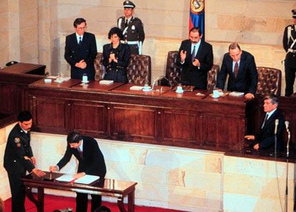 Cesar Gaviria como presidente de la República, durante la firma de la Constitución de 1991.