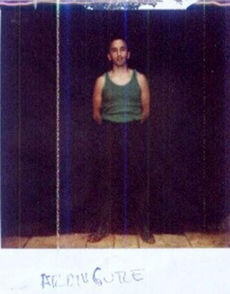 Esta fotografía fue tomada en el cajón donde Aranguren pasó los dos primeros años de cautiverio. Los guerrilleros le quitaron una de las paredes para fotografiarlo ahí.