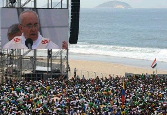 Cerca de 3 millones de personas se dieron cita en las Playas de Copacabana para escuchar al Papa durante la misa dominical que ofreció en su visita al Brasil. FOTO: Noticias MSN.