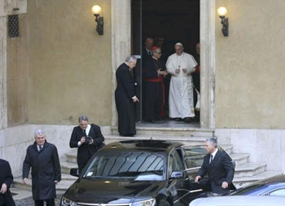 El Papa Francisco dejo a un lado este lujoso Mercedes Benz, para desplazarse en un Ford, Focus.