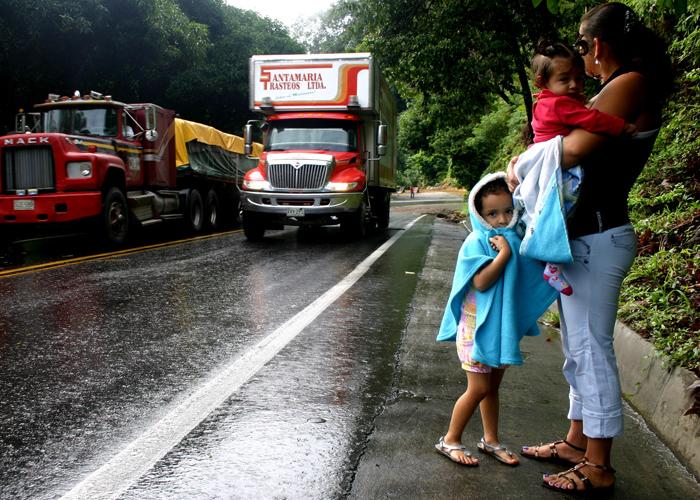 Así viven un millón de colombianos al borde de las carreteras