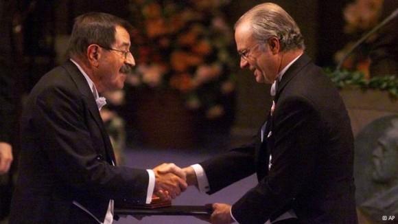 Tal vez su mejor año fue 1999, cuando recibió los galardones de Premio Nobel de Literatura y el Premio Príncipe de Asturias de las Letras.
