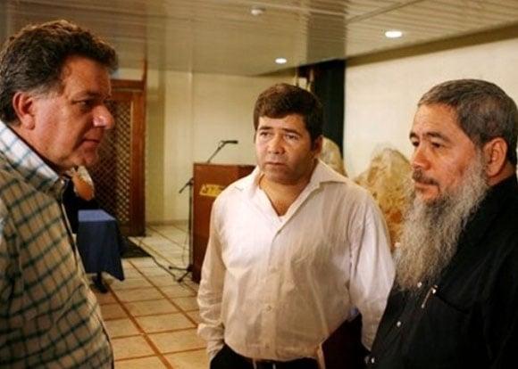 El comisionado de paz del gobierno Uribe, Luis Carlos Restrepo, con Juan Carlos Cuellar y Francisco Galán durante un encuentro en La Habana en el mes de octubre de 2006.