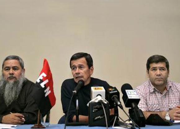 Juan Carlos Cuellar, al extremo derecho, en compañía de Pablo Beltral, integrante del Comando Central del ELN y Francisco Galán, imagen de febrero de 2007 en La Habana, durante diálogos con el gobierno del presidente Álvaro Uribe.