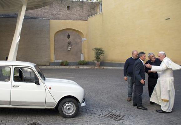 """El Renault 4 """"el amigo fiel"""" es el nuevo Papamóvil"""