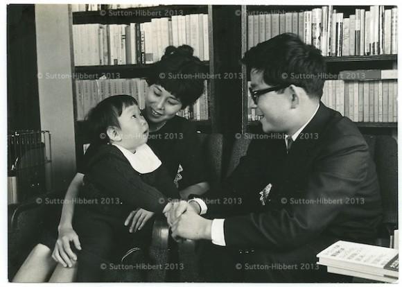 Kenzaburo Oé junto a su esposa e hijo c. 1935 en Tokio.