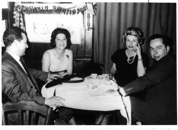 Última foto conocida de Jorge Gaitán Durán, junto a Juan Liscano, Carmen Cardenas Gómez y Rosemarie Howe en Paris pocas semanas antes de morir en Guadalupe.