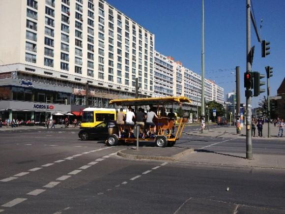 Carro-bar de pedales de bicicleta, en céntrica avenida de Berlín Oriental
