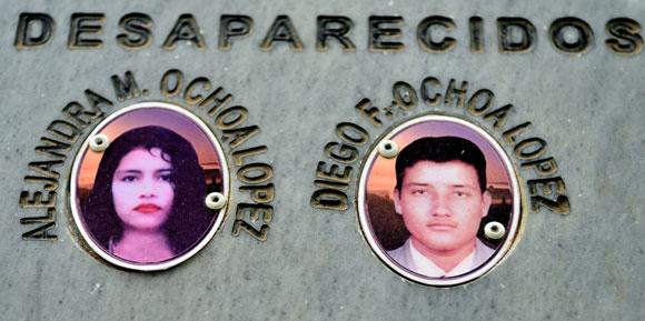 Diego Fernando y Alexandra María Ochoa López son los hijos de Marina López, que esa tarde del 16 de mayo fueron subidos a empujones por los paramilitares a una camioneta para no regresar.
