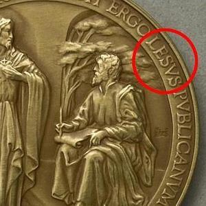 El error en la medalla del Papa Francisco