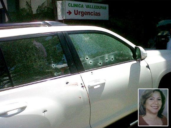 Así quedó completamente baleada la camioneta en la que viajaba la exalcaldesa de Barrancas, Guajira, Yandra Brito Carrillo, al llegar a la Clínica de Valledupar. Por su asesinato ha sido señalado el gobernador Kiko Gómez. FOTO: twicsy.com