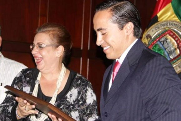 Richard Aguilar recibe de manos de la delegada de la Registraduría su credencial como gobernador electo de Santander. Foto: Vanguardia.com