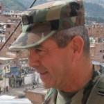 Mario Montoya recorriendo la Comuna 13 de Medellín cuando comandaba la IV Brigada del Ejército Foto: elcolombiano.com