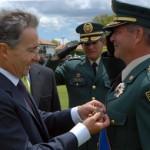 El ex Presidente Álvaro Uribe condecorando a Gr. Mario Montoya Foto: web.presidencia.gov.co