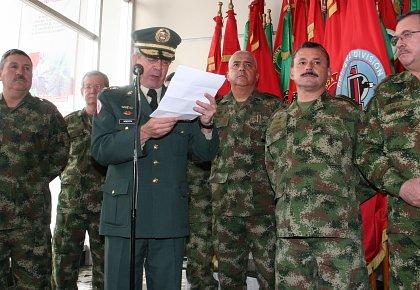Mario Montoya en su salida del comando del Ejército Foto: semana.com