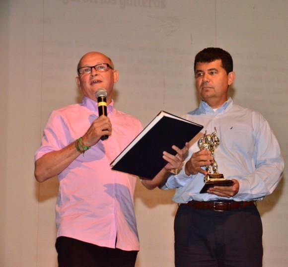 Alfonso Hamburger Fernández recibiendo su reconocimiento.