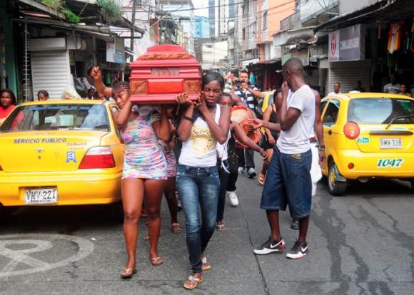 Las mujeres del mercado acompañaron a la mamá de Mario con el féretro hasta la catedral