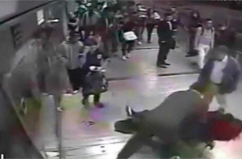 Video: Pasajeros de Transmilenio evitan robo a mujer