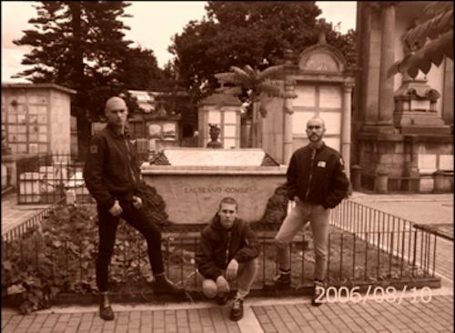 Alfredo y sus camaradas junto a la tumba de Laureano Gómez
