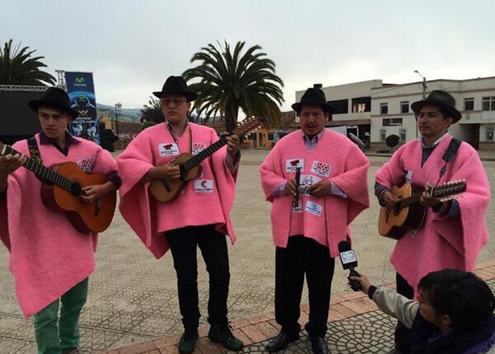 Con ruanas rosadas apoyan a Nairo