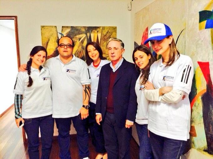 Escobar junto al expresidente Álvaro Uribe