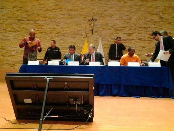 Orlando Burgos en la mesa con el procurador general de la Nación, Alejandro Ordóñez