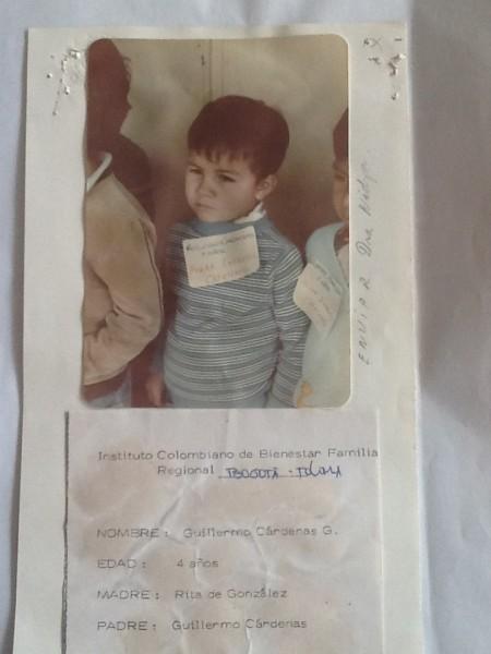 Guillermo Cárdenas fue uno de los niños que posó con los carteles para el registro del Bienestar Familiar. A este niño el ICBF lo etiquetó como nacido en Armero pero resultó ser de Bogotá y fue adoptado por una pareja de holandeses.