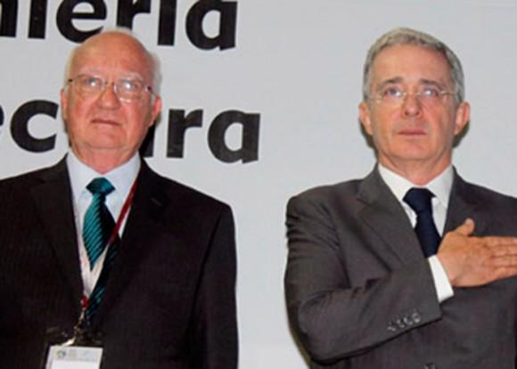 El expresidente Uribe lo condecoró con la Cruz de Boyacá