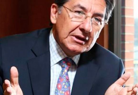 Néstor Humberto Martínez ¿al gabinete o solo invitado en el avión presidencial?