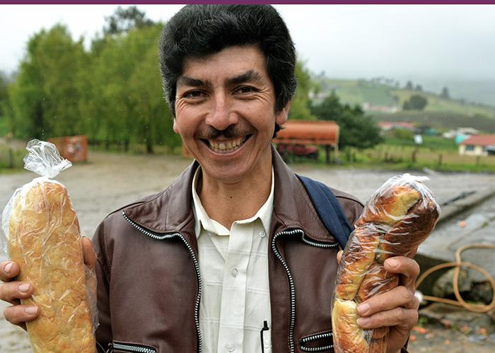 Don Luis fabrica las mochilas en fique y el pan de arracacha a mil pesos en el pueblo Boyacá, Boyacá.