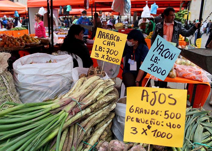 En la Plaza de Bolívar de Bogotá, el mercado campesino se instala dos veces al año.
