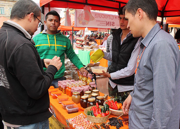 """""""Ajíes y Chiles"""" es la marca que maneja Miguel para comercializar picantes de todas las formas y colores."""