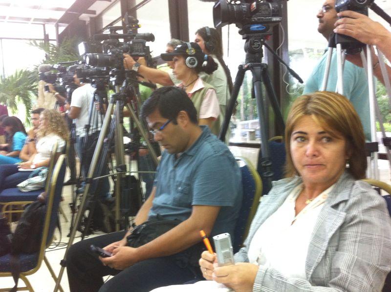 Periodistas en rueda de prensa con las víctimas
