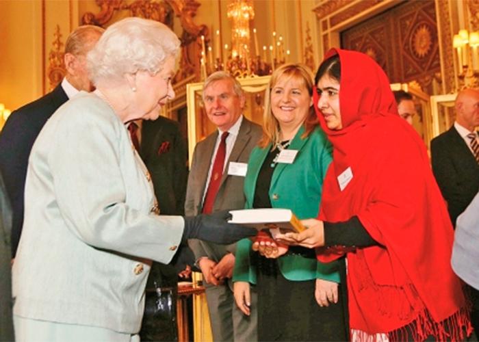 La reina Isabel junto a Malala