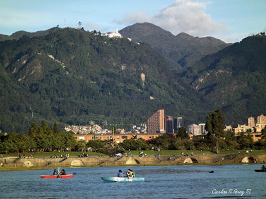 Los parques son un buen ejemplo de bien público. El Simón Bolívar le permite a cualquiera pasar una tarde apacible en medio de la ciudad. Foto de http://carlosperezco.blogspot.com/2012/08/bogota-parque-simon-bolivar.html