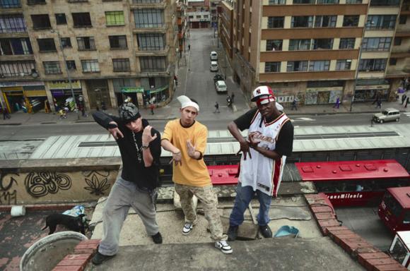 Bogotá tiene infinitas miradas y propuestas. Foto: Minga Crew hace Rap Underground describe la vida de la calle. Foto de http://www.cartelurbano.com/content/rap-underground-para-las-calles#.VErIZYuG_F8