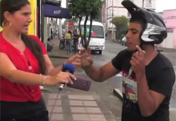 Video: roban a periodista mientras grababa un directo
