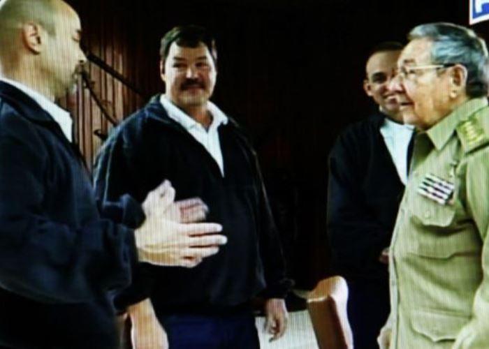 Castro recibe a tres de los cinco ''héroes'' Cubanos