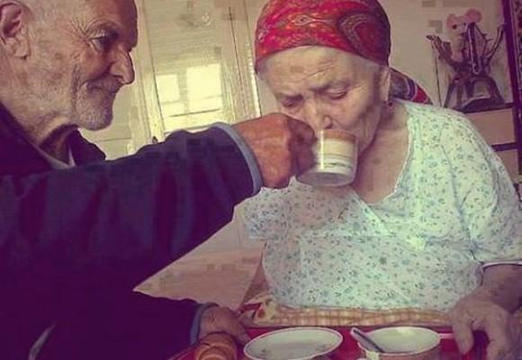 Cuida a su esposa con Alzheimer a pesar de que ella no sabe quien es él