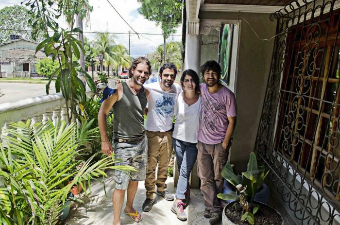 Hervé, Sebastián, Marina y Camilo en la entrada del Hostal de Hervé.  Leticia 2014. Fotografía: Camilo Rozo