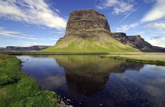 Un viaje a Islandia invita a disfrutar montañas fantásticas, saludables aguas geotermales, volcanes, glaciares, parques naturales