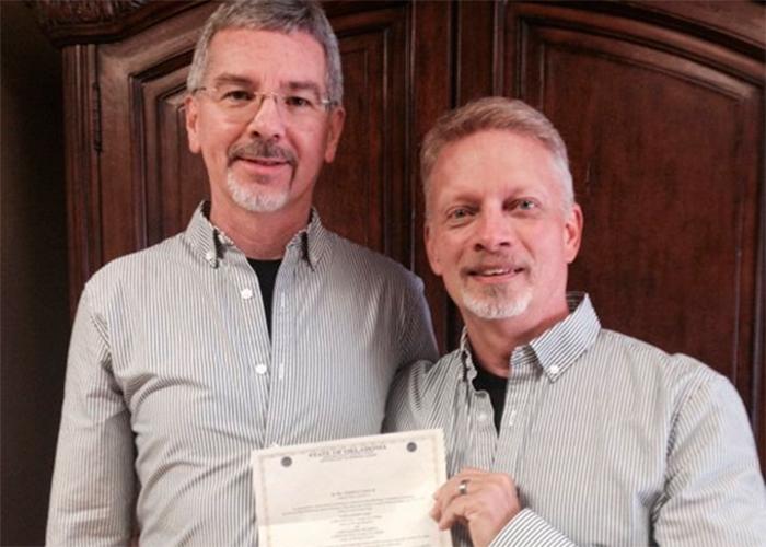 Pastor cristiano que se dedicaba a 'curar' homosexuales se casó con un hombre