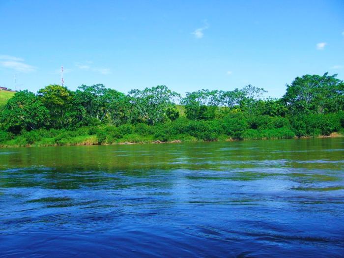 Por el piedemonte caqueteño bajan numerosos ríos que nutren la Amazonía, como el Río Caguán. Foto de sanvicentedelcaguan-caqueta.gov.co