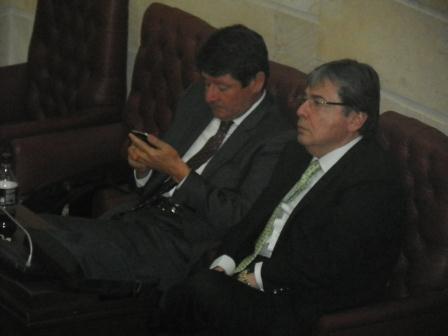 El exministro Carlos Ronderos estuvo toda la mañana en el Senado pendiente de la aprobación del proyecto junto al excandidato presidencial del Centro Democrático, Carlos Holmes Trujillo quien fue embajador en Japón.