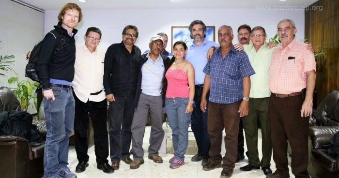 Foto: Joaquín Gómez con sus compañeros de las FARC y los delegados de los países acompañantes de Noruega y Cuba en La Habana.