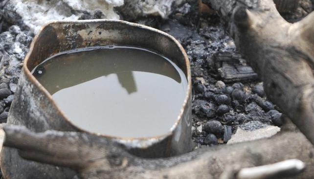 El mosquito prolifera en donde hay aguas estancadas y basura. Es necesario tapar los tanques y cerrar adecuadamente las bolsas de basura.