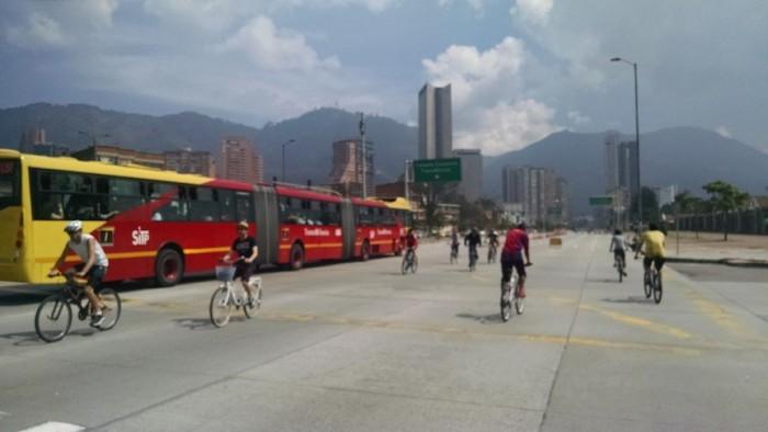 Bicicletas y TransMilenio en Bogotá. Crédito imagen: Darío Hidalgo, 2015