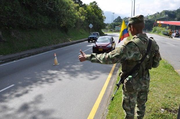 Los soldados que saludan en carretera - Las2orillas