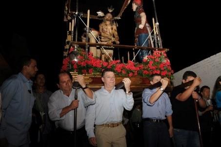 Pichonear un Paso también se ha convertido en todo un honor. Una pieza completa pesa mínimo 400 kilos. Aunque se cree que para ser carguero se necesita un gran abolengo, en el Paso de Los Azotes carga desde el hijo del ministro hasta el conductor de un bus escalera.